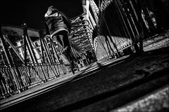 Démarche écologique (vedebe) Tags: humain people paris rue street ville city urbain pont passerelles ponts noiretblanc netb nb bw monochrome