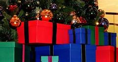 """Das Weihnachtsgeschenk. Die Weihnachtsgeschenke. Viele schöne Weihnachtsgeschenke liegen unter dem Weihnachtsbaum. • <a style=""""font-size:0.8em;"""" href=""""http://www.flickr.com/photos/42554185@N00/31547864180/"""" target=""""_blank"""">View on Flickr</a>"""