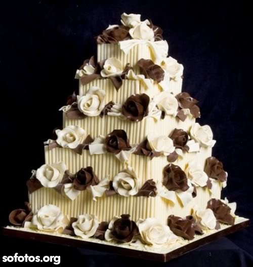 Bolo de casamento com rosas de chocolate