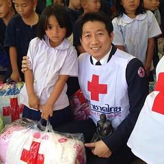 คุณแผน วรรณเมธี เลขาธิการสภากาชาดไทย ผู้แทนพระองค์ สมเด็จพระนางเจ้าสิริกิติ์ พระบรมราชินีนาถ องค์สภานายิกาสภากาชาดไทย มอบผ้าห่มกันหนาวแก่ผู้ประสบภัยหนาว จำนวน ๕๐๐ ผืนโดยคุณวิชดา วังเสมอ นายกเหล่ากาชาดจังหวัดเชียงราย พร้อมด้วยนายอำเภอเวียงแก่น หัวหน้าส่วนร