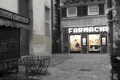 Pharmacie & bistrot (Queen Dot Kong) Tags: street old city trip bw caf colors shop italia place genova saturation guide italie bistrot gnes