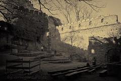 Courtyard of Chojnik Castle (Grzesiek.) Tags: sepia architecture ruins pillar courtyard architektura pręgierz ruiny dziedziniec schaffgotsch zamekchojnik zamkiwpolsce chojnikchojnikcastle
