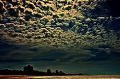 DSC_9307 Cielos argentinos (Aprehendiz-Ana La) Tags: nubes cloud playa argentina fotografa flickr analialarroud calma recuerdos azul azzurra blue contraluz ciudad city mar luz cirrus mdq