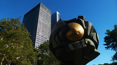 Ball Wrecking (Eye of Brice Retailleau) Tags: icon effigy figure statue beauty colourful colours composition scenery scenic urban street streetphotography sculpture extrieur america usa newyork manhattan bluesky