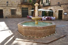 FONT ORNAMENTAL A LA PLAA SANT FELIP NERI (Yeagov C) Tags: barcelona font catalunya plaasantfelipneri fontornamental