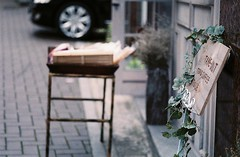 1211/1758 (june1777) Tags: street zeiss g snap contax carl seoul g2 100 konica kyocera expired 90mm f28 sonnar centuria bukchon angukdong gsonnar