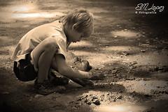 Barro (E.M.López) Tags: sepia monocromo andalucía agua retrato agosto verano juego niño barro jaén 2012 tierra rubio virado robado castillodelocubín nacimientodelríosanjuan