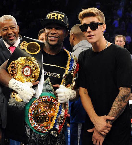Video Lil Wayne and Justin Bieber escort Floyd Mayweather to the ring