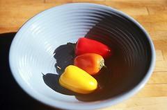 01820029-84 (jjldickinson) Tags: wood table pepper bowl olympusom1 bellpepper fujicolorpro400 promastermcautozoommacro2870mmf2842 promasterspectrum772mmuv roll460o2