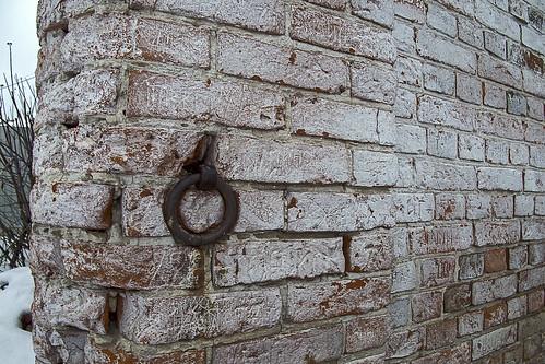 и где та лошадка, которую когда-то привязывали к этой стене?