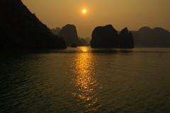 Sunrise on Halong Bay (Vietnam) (armxesde) Tags: morning sun reflection water sunrise bay sandstone rocks pentax silhouettes vietnam sonne sonnenaufgang spiegelung halongbay k5 felsen bucht halongbucht vịnhhạlong mygearandme mygearandmepremium {vision}:{sunset}=087 {vision}:{outdoor}=074 {vision}:{sky}=0908