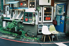 [ ] (Kerb 汪) Tags: cafe rainy april taipei analogue murmur konicac35 2013 konicac35ef lucky200 f1000038 201304 閑隅 konicac35film042 印象10013428