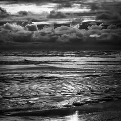 Fraser Island, Queensland, Australia, Jun 2012 (Clia Mendes Photography) Tags: ocean sky praia beach water gua clouds mar blackwhite sand waves seascapes areia australia playa cu arena cielo nubes nuvens olas ondas 2012 oceano blanconegro brancopreto paisajemartimo paisagemmartima vision:sunset=0644 vision:text=0532 vision:beach=0515 vision:sky=0807 vision:ocean=0789 vision:outdoor=0936 vision:clouds=0606