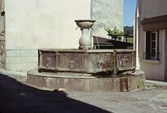 Fontaine publique monolithe de Najac - 1977 (Selbymay) Tags: 1977 fontaine aveyron najac monolithe marcelbesnard