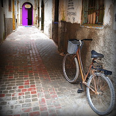 the violet door (mujepa) Tags: door bike bicycle alley violet morocco maroc medina ruelle bicyclette oldtown essaouira vlo deadend impasse