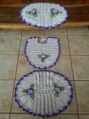 M - Jogo de banheiro roxo (Artices da Zappa - Artesanatos feitos com Amor.) Tags: flores redondo tapete jogo banheiro roxo trs peas