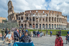Street traders in front of the Coliseum in Rome. (Robert Benatzky Picture) Tags: rom robertbenatzkypicture italien coliseum rome architektur italy kolosseum outdooor building