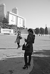 Pyongyang street scene (Frühtau) Tags: dprk north korea portrait mural building modernisation new korean people leute asia asian east nordkorea passers architecture gebäude architektur design scenery 朝鲜 朝鮮 cháoxiān 地 outdoor корея северная كوريا الشمالية 北朝鮮 corea del norte corée du nord coreia do coréia เกาหลีเหนือ βόρεια κορέα culture stadt gebäudekomplex pyongyang capital city scene szene leader statue personen