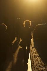 sunny evening (Ren Mouton) Tags: zon sun againstthesun tegenlicht zonlicht straat haar vrouw street krakau krakw polen poland polska
