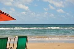 gostinho de verão (Ruby Ferreira ®) Tags: sunumbrella mar sea northeastbrazilian chairs sand waves sky clouds nuvens céu praiaoceânica oceanicbeach brazil brasil nordestebrasileiro recifepe
