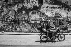 Olha o Trem (Elder Albuquerque) Tags: trem recife elder albuquerque fotografia de rua street black white preto e branco escala cinza moto grafit grafitagem pernambuco do peixoto metr
