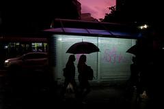 http://www.rafaelguimaraes.photography/ (rafa.sa) Tags: chuva rain sãopaulo sp brasil brazil streetphotography fotografiaderua street rua guardachuva remirar sá silhouette silhueta poderiaterlevantadoumpoucooangulodacamera