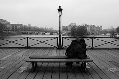 Lovers, Pont des arts, Paris (France) (www.monoeil.net) Tags: lovers amoureux paris parisian parisien france streetphotography streetpicture street photoderue pierreyvessulem