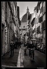 Y al fondo... (meggiecaminos) Tags: italia italy firenze florencia florence street calle strada bicicleta bicicletta bicycle bw bn bianco blanco black negro nero white streetphotography urbanlandscape fotografaurbana gente people palazzi edificios buildings duomo catedral cathedral cupula dome cattedraledisantamariadelfiore cattedrale cupola