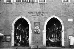 Mercato del pesce (Gabriel Dragone) Tags: venice venezia veneza itlia italy italia veneto mercado market fishmarket blackandwhite bw bnw mercatodelpesce rialto digital bianconero