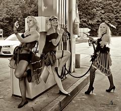 Einmal volltanken bitte! (Schneeglöckchen-Photographie) Tags: girls gasstation mädchen tankstelle tanken