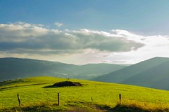 La verte colline (J-Dell) Tags: c n pre p nuage contrejour champ colline grillage barbel piquet cloture