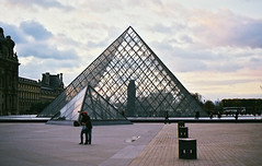 Statue of nothing in the Louvre. (michael_wanderer) Tags: paris nikon louvre superia 400 fujifilm af f80 nikkor f18 50 36 xtra