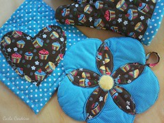 ♡ ❀  azul & cupcake (Carla Cordeiro) Tags: handmade cupcake fuxico kit patchwork cozinha ♥ potholder acolchoado luvadecozinha pegadordepanela feitocom♥ janelasdecatedral bakingglove