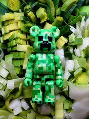 L'art de poireauter. (AGUILA81) Tags: bearbrick berbrick bear toy collectible collection medicom green vert verde poireau creeper minecraft monstre monster