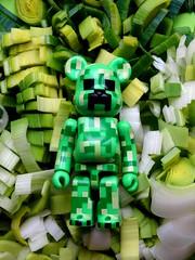 L'art de poireauter. (AGUILA81) Tags: bearbrick berbrick bear toy collectible collection medicom green vert verde poireau creeper minecraft monstre monster
