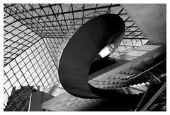 Escargot  bascule (Photocg) Tags: louvre pyramide contreplonge architecture pei spirale escalier escargot basculement grandangle dsquilibre btonetverre gomtrie ascension noiretblanc