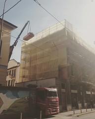 Installazione travi tetto presso Milano #autotrasportivioladomenico #trasporti #logistica #transport #sollevamenti #trasportoeccezionale #gru #autogru #logistic #iveco #stralis #castanoprimo #adr #autotreno #tir #bilici #truck #camion #italy #europe #euro (autotrasportivioladomenivo) Tags: instagramapp square squareformat iphoneography uploaded:by=instagram reyes