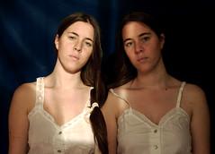 Hermanas (Victoria Marte) Tags: hermanas retrato amor ana tripas madeja luznatural microcuatrotercios