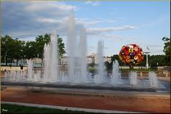 Fuente en Lyon (24-7-2011) (Juanje Oro) Tags: francia lyon panoramio 099 2011 fuente escultura jardin bandera