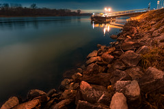 Die Donau am Abend - Blende offen (Ralph Punkenhofer) Tags: 20mm autumn dunstig herbst mauthausen danube donau river fluss wasser water long esxposure night light outdoor
