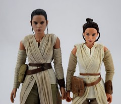 Hot Toys Rey vs DS Elite Premium Rey - Free Standing - Midrange Front View (drj1828) Tags: starwars theforceawakens rey figure actionfigure sideshow hottoys purchase disneystore eliteseries premium posable 10inch 11inch sideshowcollectibles deboxed sidebyside