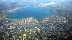 Lago Trasimeno, Umbria, Italy (edk7) Tags: nikond50 edk7 2007 italia italy umbria provinciadiperugia lagotrasimeno laketrasimene water farm field island shoreline aerial