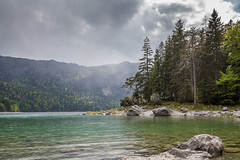 Du schner Eibsee. (Anscheinend) Tags: eibsee grainau zugspitze bayern bavaria bavire oberbayern alpen alps alpes lake creek see landscape paysage trees bume wald forest nature natur rain clouds rainy cloudy green spring frhling mai may depth tiefe schrfe sharpness