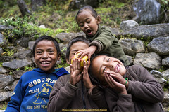 Photobombed! | フォトボンベ! (francisling) Tags: nepal zeiss 35mm children t locals sony smiles cybershot himalaya khumbu sherpa 笑顔 phakding sonnar 子供 ネパール rx1 ヒマラヤ 地元民 シェルパ dscrx1 クーンブ