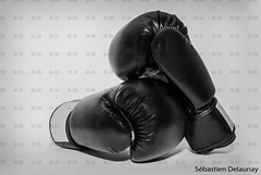 Boxe (Sbastien Delaunay) Tags: blackandwhite sport noiretblanc contact fighting combat boxe boxinggloves gants vision:outdoor=0777