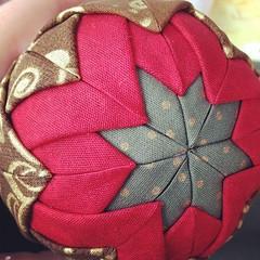 Detalhe bola de Natal (Maria das Artes artesanato) Tags: natal origami patchwork