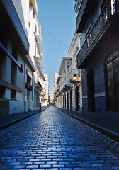 Calles Sanjuaneras (San Juan Streets) (SamyColor) Tags: street lamp arquitectura puertorico streetlamp streetphotography cobblestones sanjuan lampara arquitecture adoquines fotografiaurbana fotografiacallejera samycolor