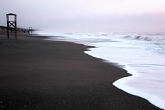 e poi si acquieta... (Alessandra Leonetti) Tags: italia mare toscana bianco onde sabbia schiuma alessandraleonetti