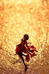 dancing in the golden haze (Ateens Chen) Tags: portrait people sunlight nikon bokeh 夕日 southchinasea hongkongisland ateens d800 settingsun repulsebay 香港島 ボケ goodsmilecompany 浅水湾 南シナ海 レパルスベイ グッドスマイルカンパニー afsnikkor70200mmf28gedvrii 18scalefigure 石長櫻子 ギルティクラウン guiltycrown 楪いのり inoriyuzuriha iwanagasakurako 18スケールフィギュア
