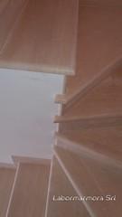 scala in travertino levigato e stuccato con coste a toro